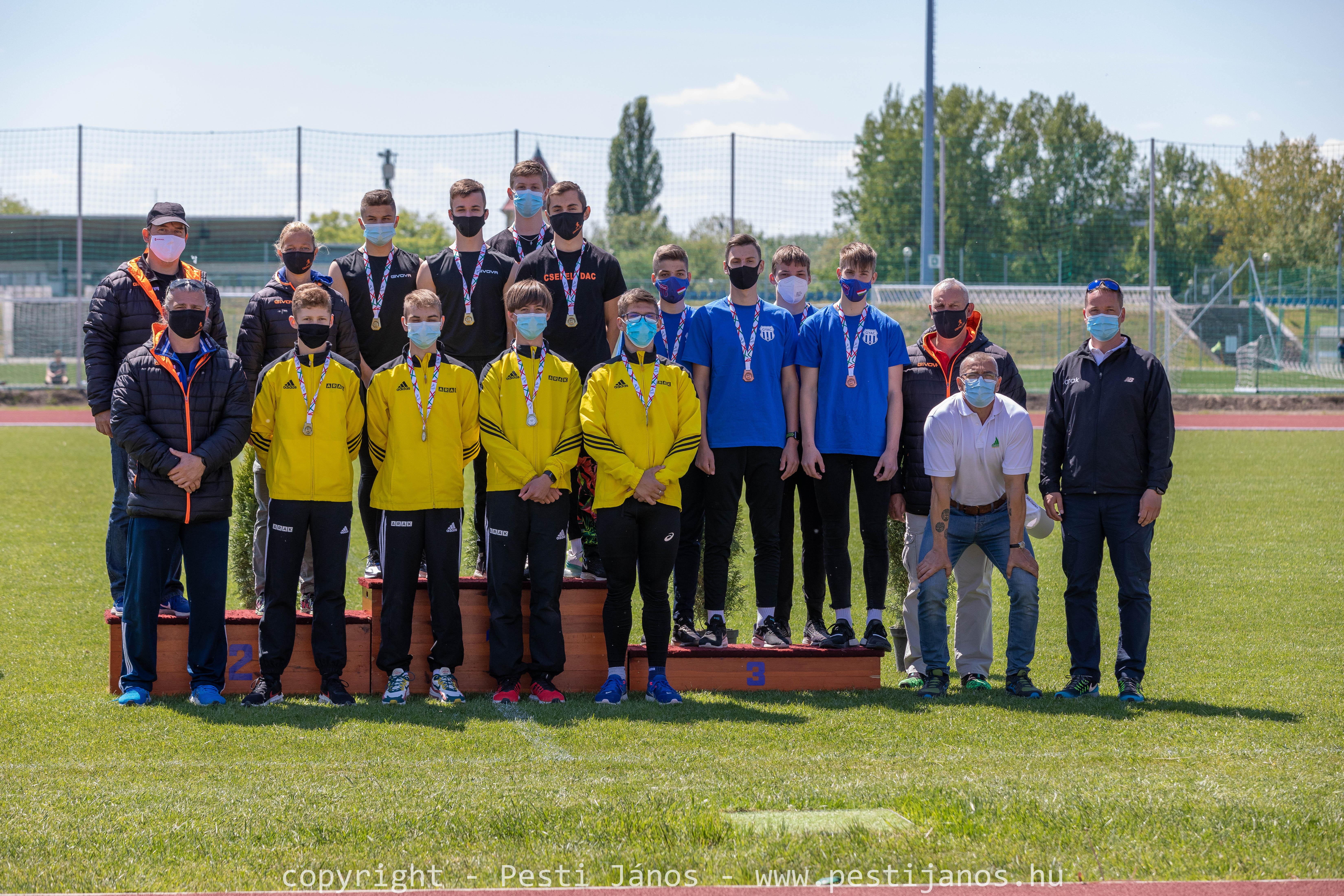 Képen a bajnok U16 váltónk tagjai